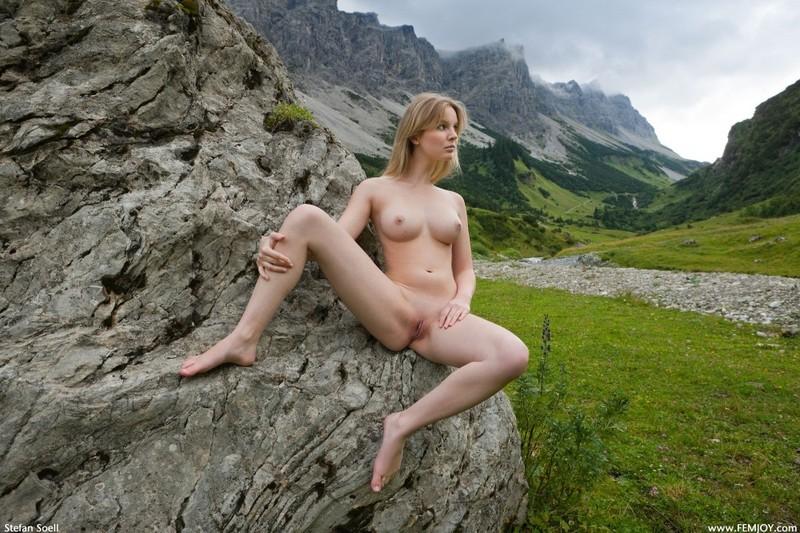 Эротика от красивой блондинки в горах Швейцарии 18 фото