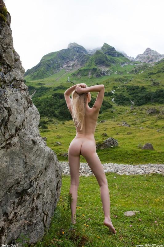 Эротика от красивой блондинки в горах Швейцарии 14 фото