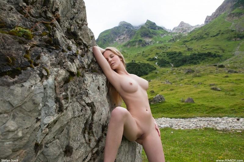 Эротика от красивой блондинки в горах Швейцарии 17 фото