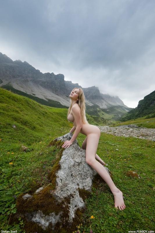 Эротика от красивой блондинки в горах Швейцарии 30 фото