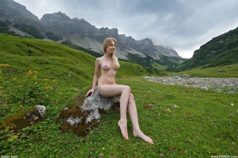 Эротика от красивой блондинки в горах Швейцарии 28 фото