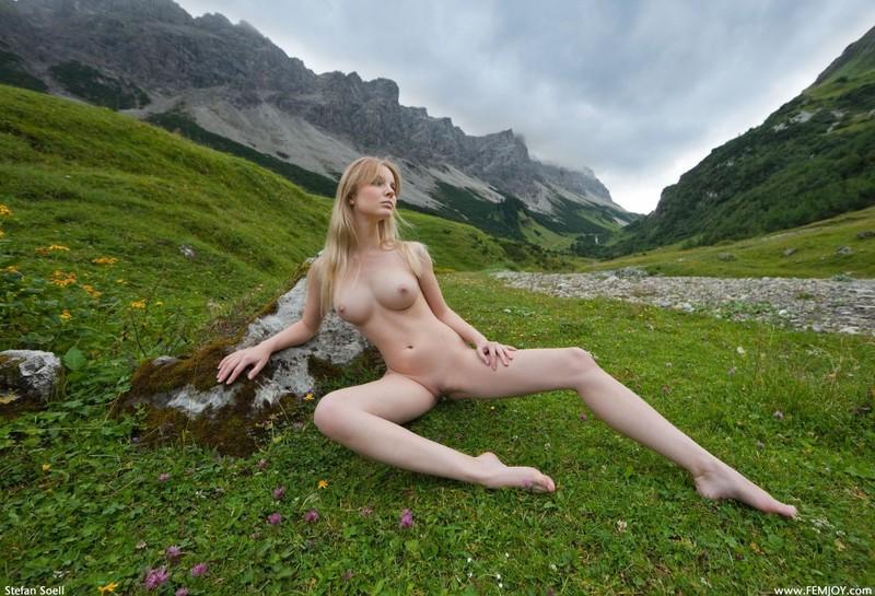 Эротика от красивой блондинки в горах Швейцарии 26 фото