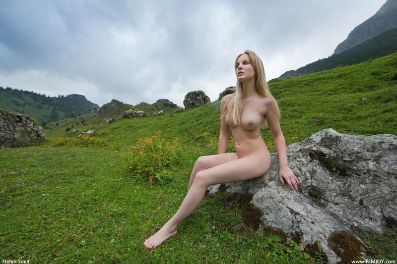 Эротика от красивой блондинки в горах Швейцарии 29 фото
