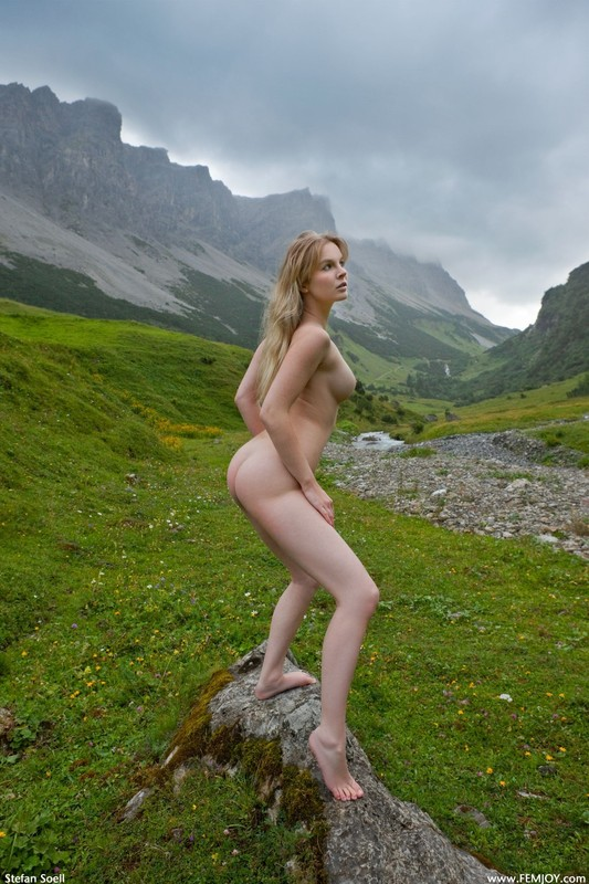 Эротика от красивой блондинки в горах Швейцарии 32 фото