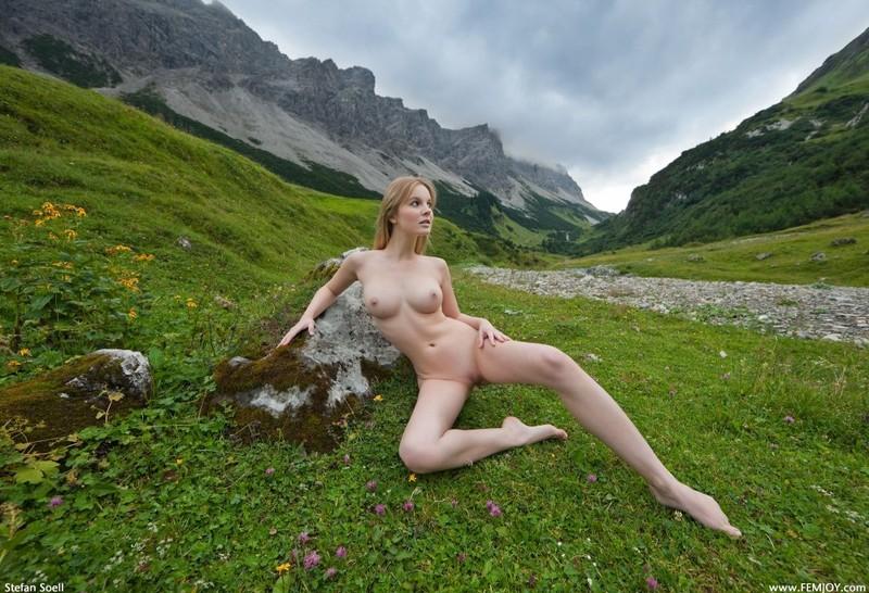 Эротика от красивой блондинки в горах Швейцарии 25 фото