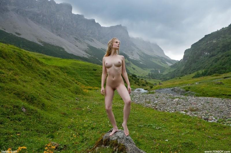 Эротика от красивой блондинки в горах Швейцарии 34 фото