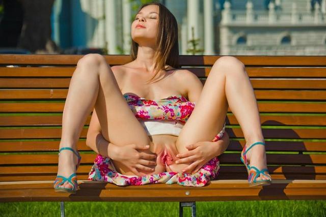 Обнажённые красотки любят делать селфи без трусиков 28 фото
