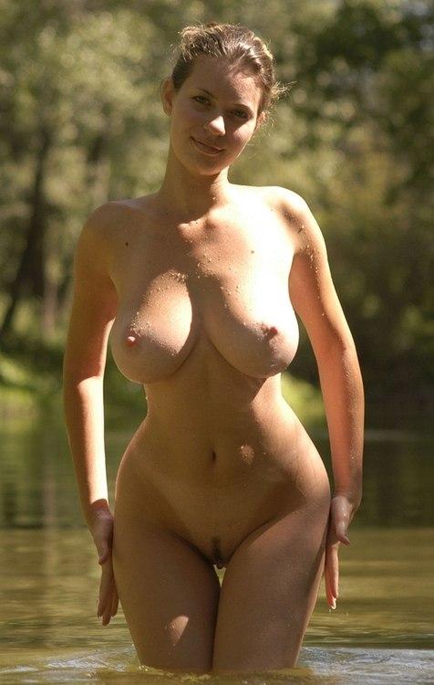 Длинноволосые девушки не стесняются демонстрировать огромные дойки 6 фото
