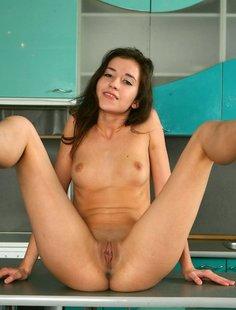 Жаркая эротика от сексуальной худенькой девахи на кухне