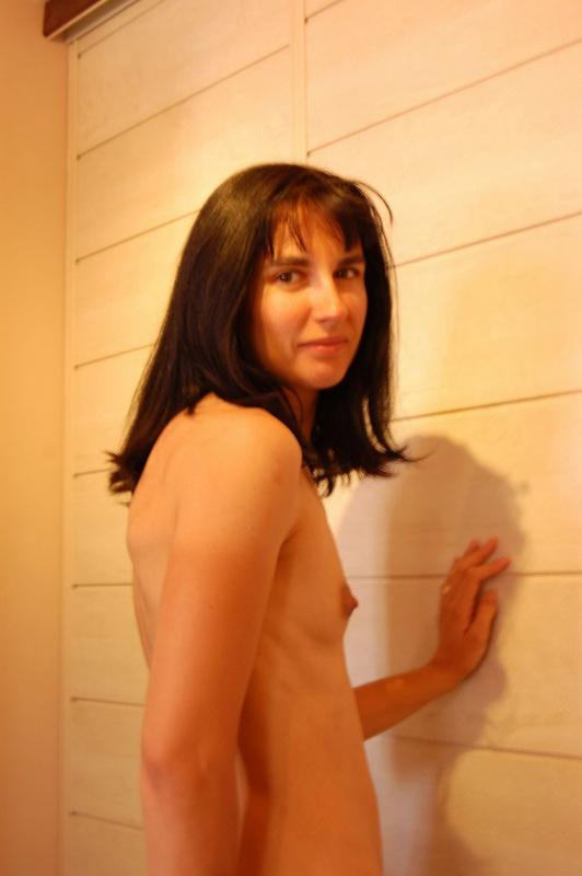 Худая брюнетка устраивает романтические встречи мужу 8 фото
