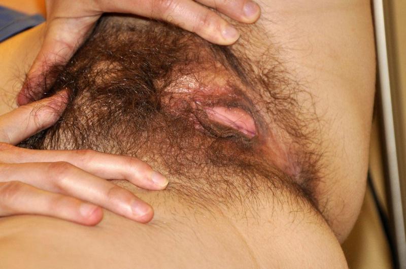 Рожавшая мамка с висячими грудями показала волосатую манду вблизи 18 фото
