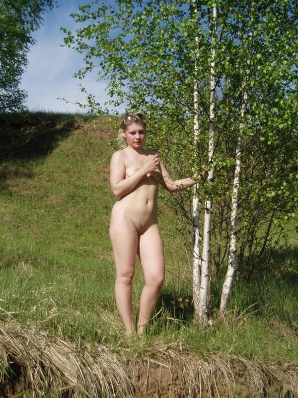 Русская мамка разделась в березовом лесу 9 фото
