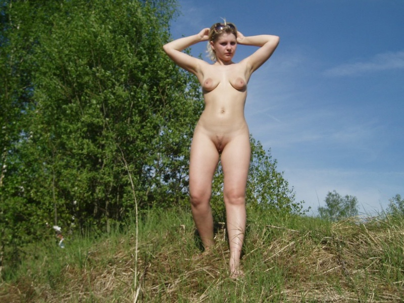 Русская мамка разделась в березовом лесу 13 фото