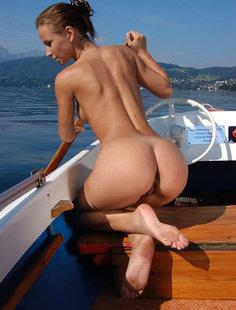 Очаровала своей большой задницей на яхте
