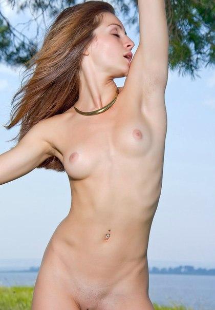 Худенькие и нежные славянские девушки голышом на природе 25 фото