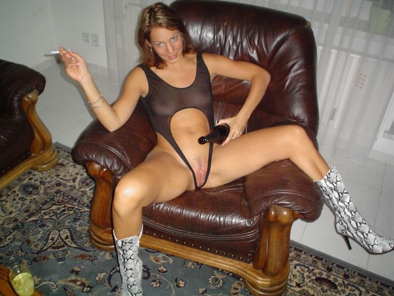Смуглая жена садится на бутылку и дрочит дилдаком 3 фото