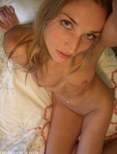 Привлекательная обнаженная девушка делает снимки самой себя