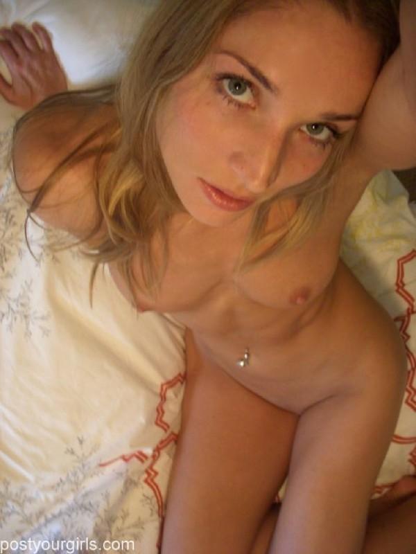 Привлекательная обнаженная девушка делает снимки самой себя 9 фото