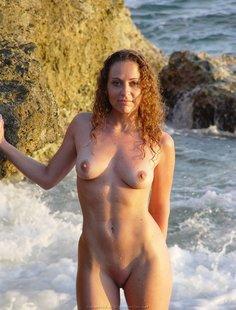 Прекрасная девушка на берегу моря и дома