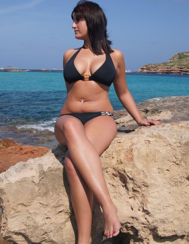 Полненькая курортница сняла бикини на скалистом берегу 2 фото