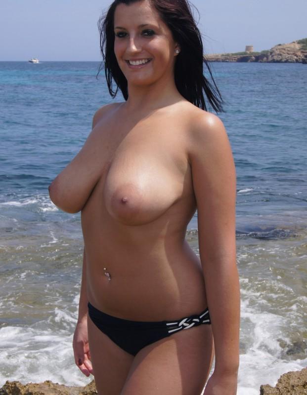 Полненькая курортница сняла бикини на скалистом берегу 6 фото