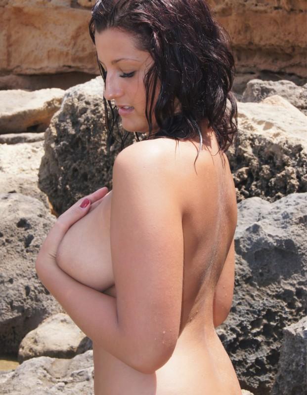 Полненькая курортница сняла бикини на скалистом берегу 10 фото
