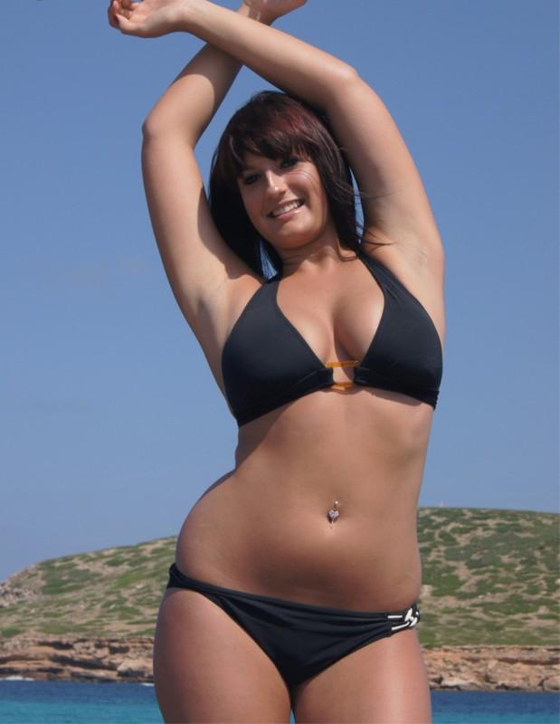 Полненькая курортница сняла бикини на скалистом берегу 1 фото