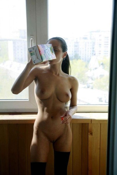 Молодые девицы откровенно демонстрируют свои голые тела 1 фото