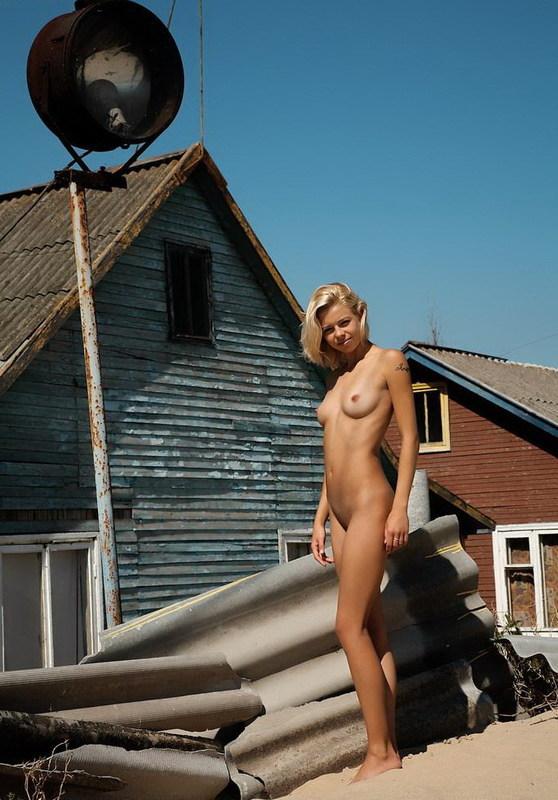 Худенькая блондинка онанирует киску на песочке 1 фото