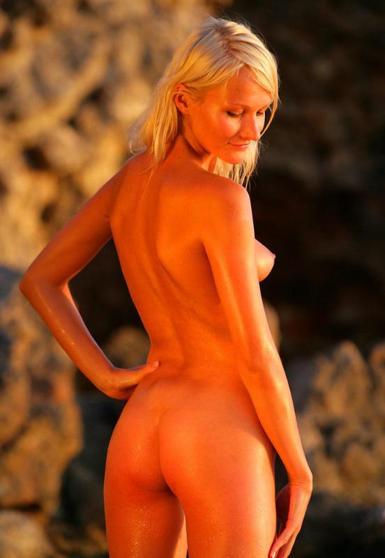 Милашка выложила в сеть свое купание голышом в каменистом озере 6 фото