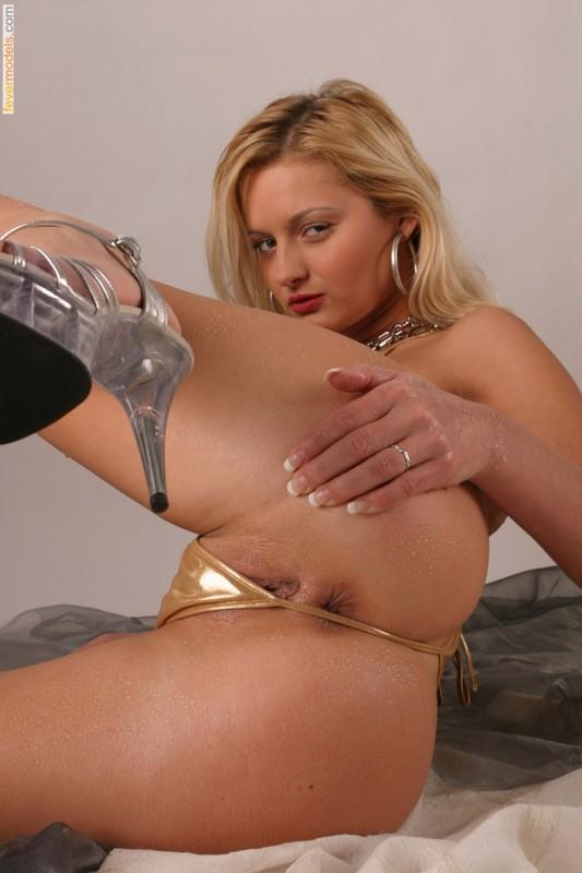 Худая блондинка в золотом бикини оголила бритую киску 24 фото