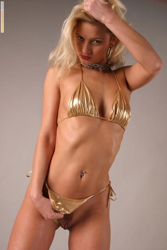 Худая блондинка в золотом бикини оголила бритую киску 2 фото