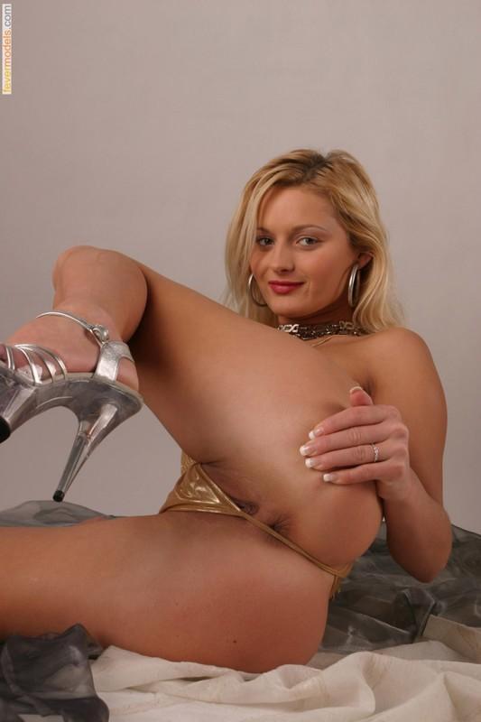 Худая блондинка в золотом бикини оголила бритую киску 20 фото