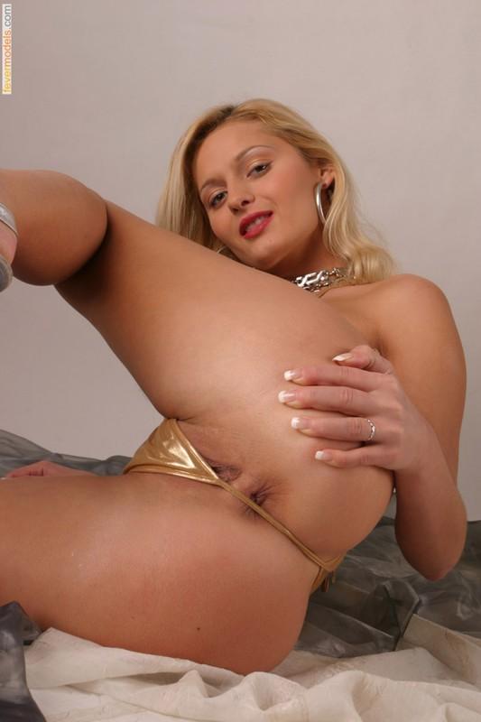 Худая блондинка в золотом бикини оголила бритую киску 22 фото