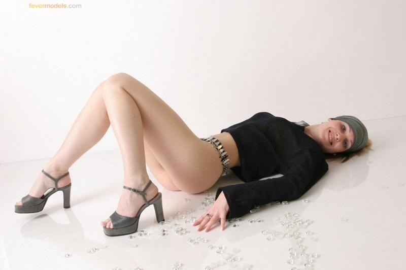Телка в одежде стянула трусики, чтобы показать интимную стрижку на лобке 14 фото