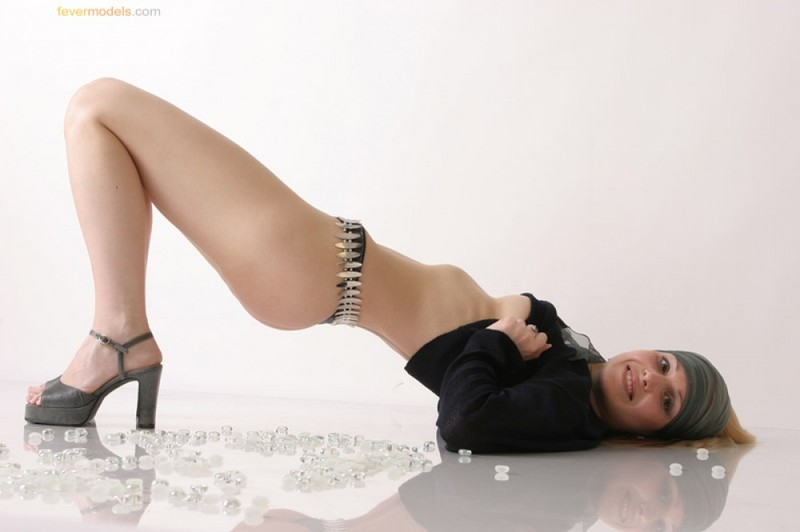 Телка в одежде стянула трусики, чтобы показать интимную стрижку на лобке 13 фото