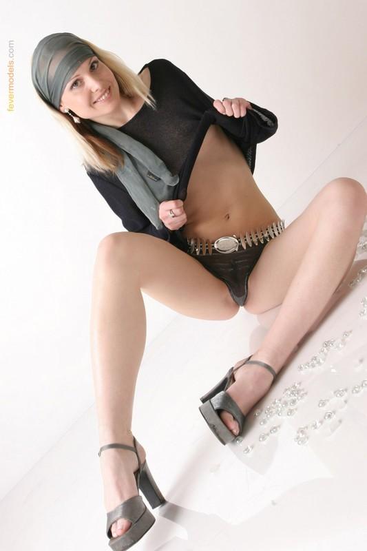 Телка в одежде стянула трусики, чтобы показать интимную стрижку на лобке 5 фото