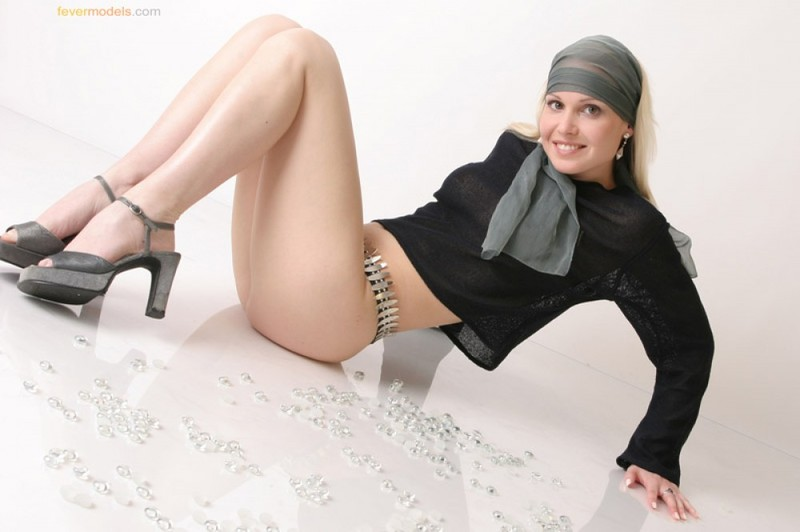Телка в одежде стянула трусики, чтобы показать интимную стрижку на лобке 4 фото