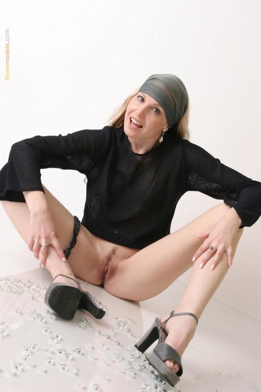 Телка в одежде стянула трусики, чтобы показать интимную стрижку на лобке 32 фото