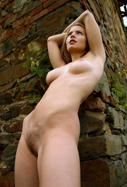 Привлекательная голая девица скучает в чулочках на кровати