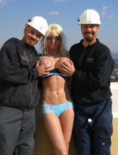 Групповое развлечение в фото с грудастой блондой