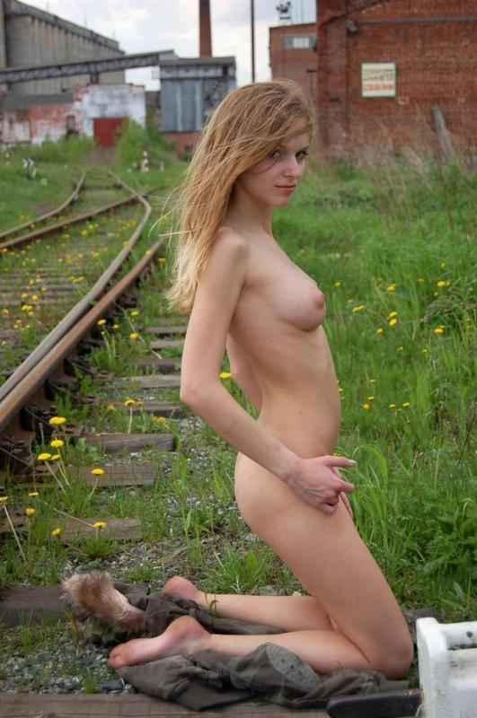 Худенькая славянка разделась догола на железной дороге 9 фото
