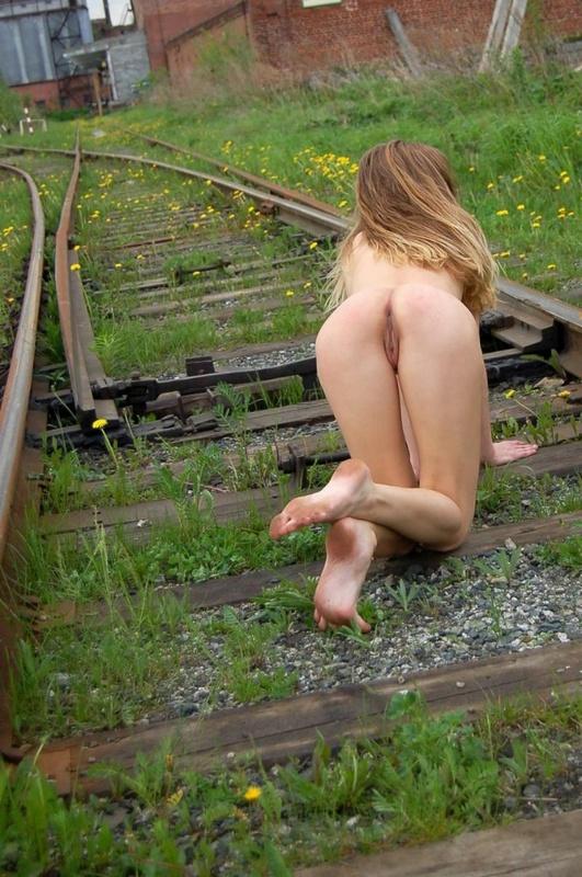 Худенькая славянка разделась догола на железной дороге 13 фото