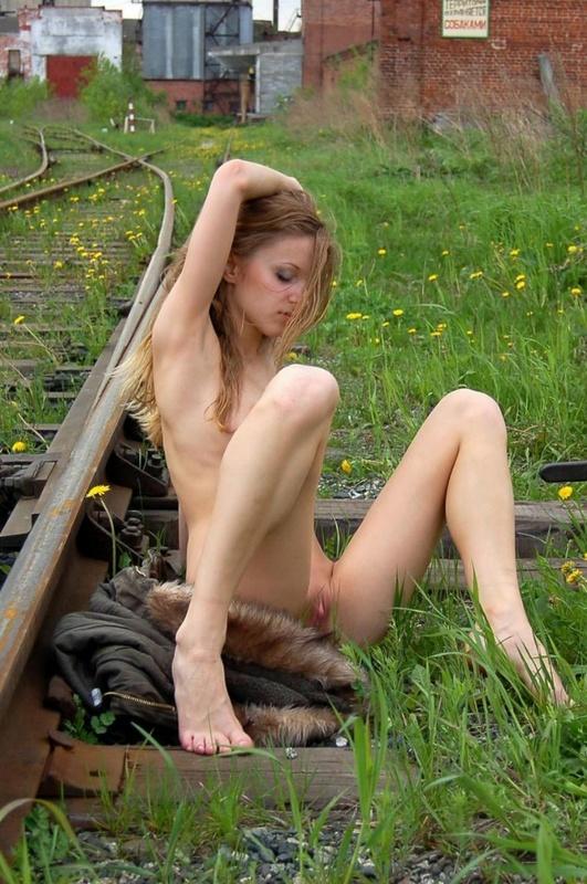 Худенькая славянка разделась догола на железной дороге 11 фото