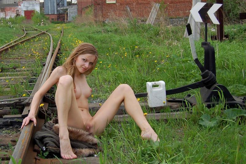 Худенькая славянка разделась догола на железной дороге 10 фото