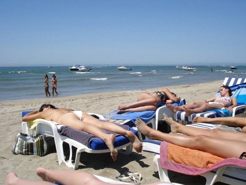 Мамки загорают топлес на берегу океана 20 фото