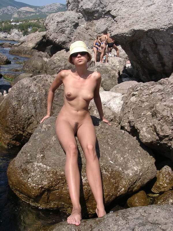 Темноволосая туристка лазает голышом по скалам 2 фото