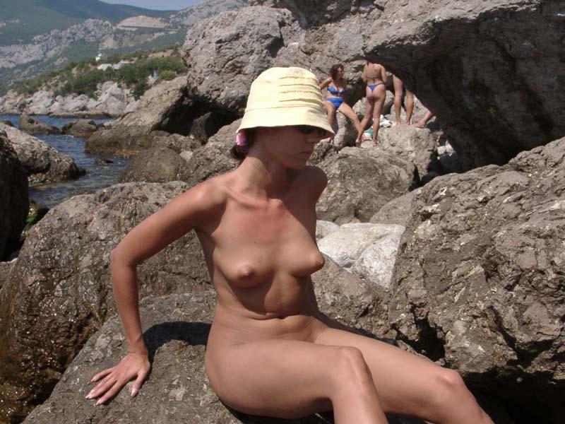 Темноволосая туристка лазает голышом по скалам 5 фото