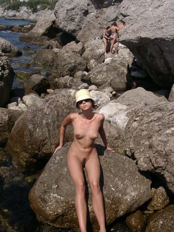 Темноволосая туристка лазает голышом по скалам 1 фото