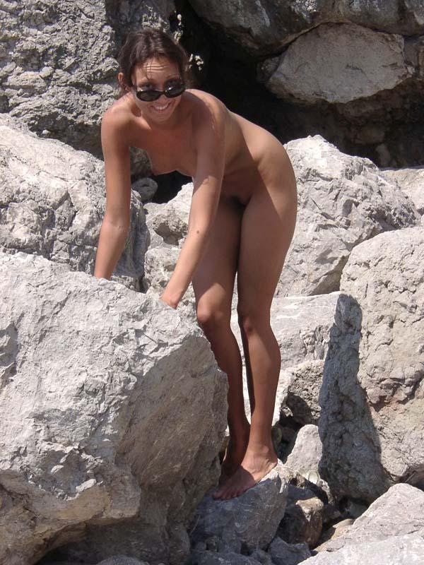 Темноволосая туристка лазает голышом по скалам 13 фото